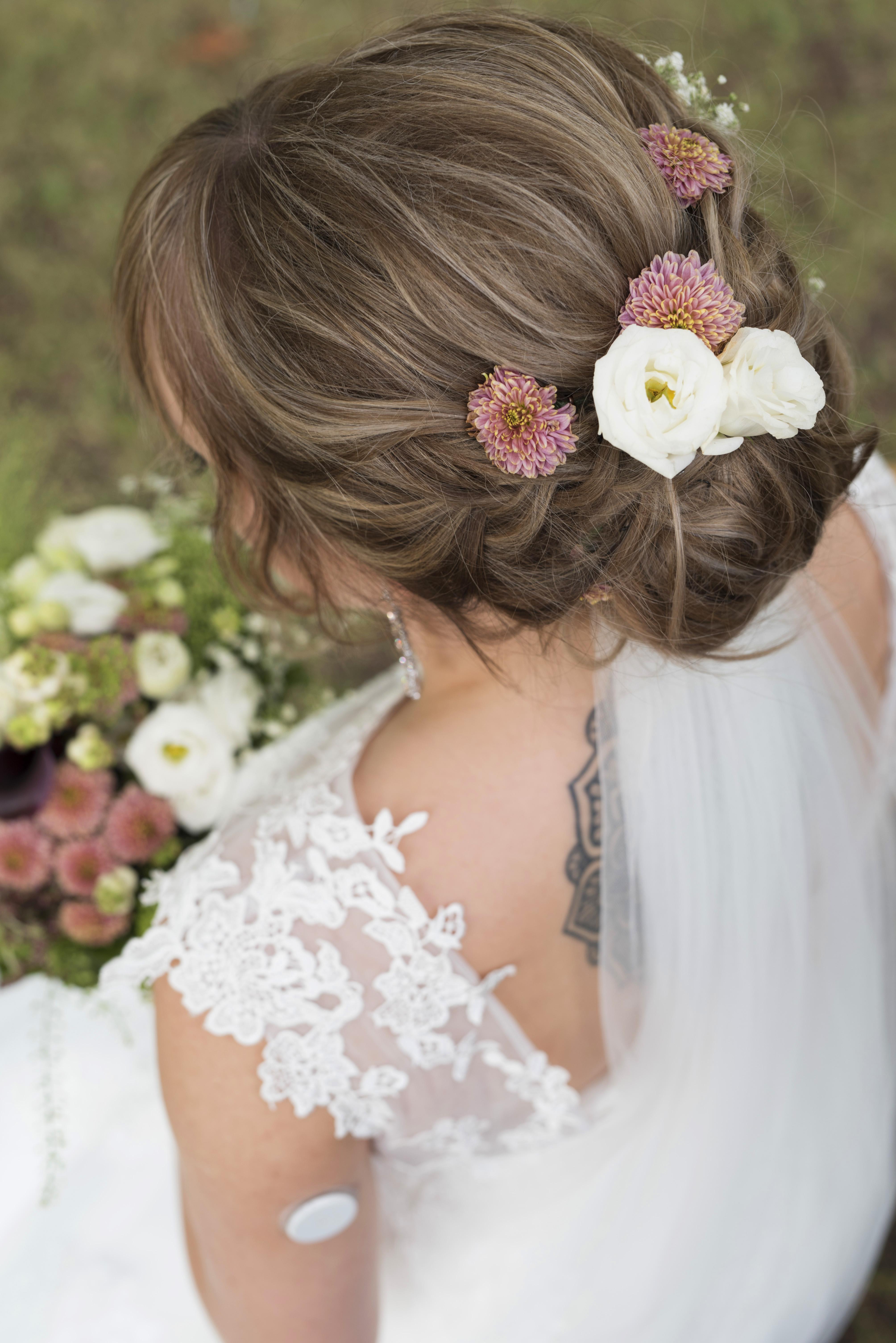 Snygg bruduppsättning med blommor