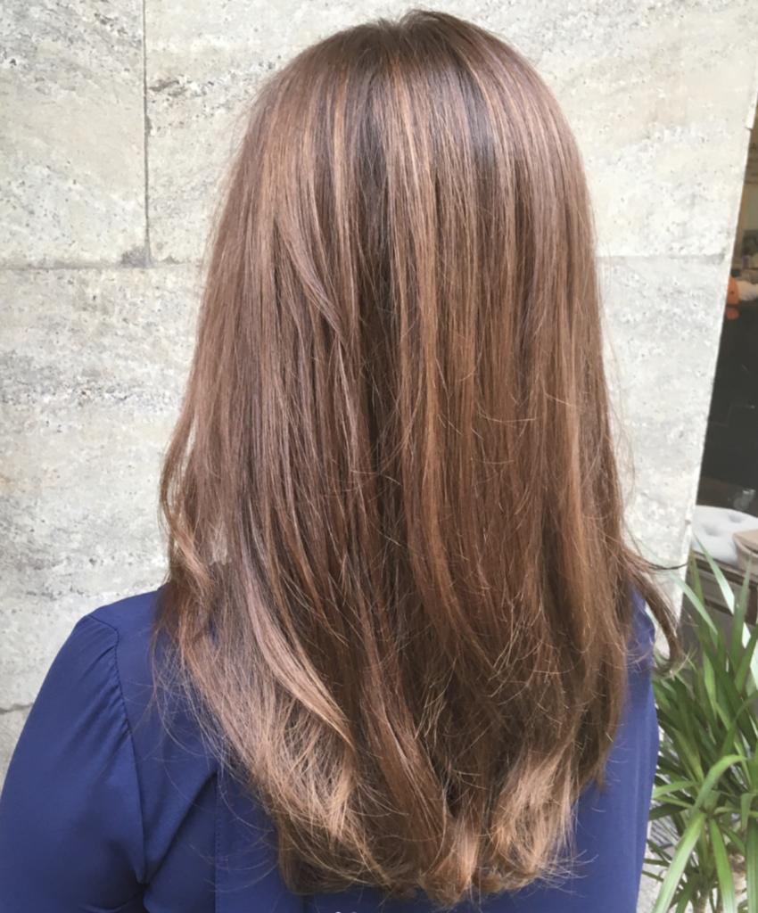Ljusa slingor i brunt hår