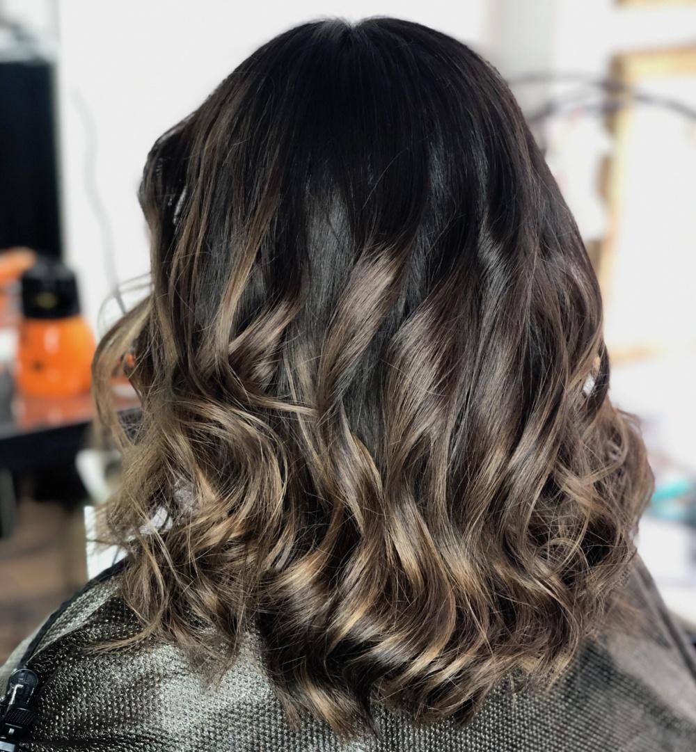 mörkt hår med slingor