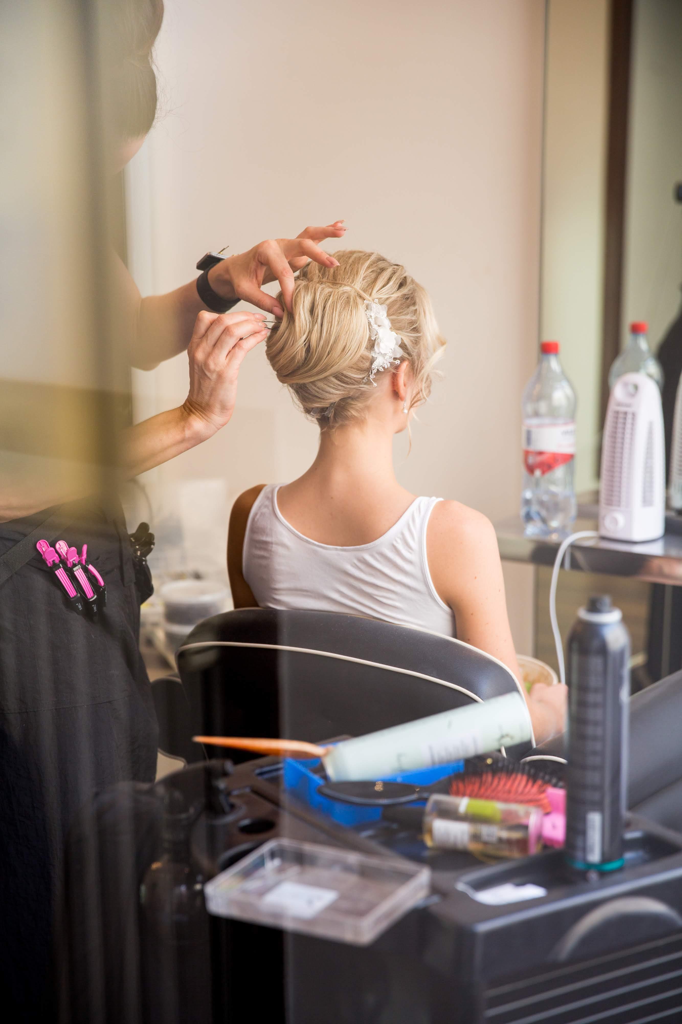 Elegant och slarvig bruduppsättning med hårsmycke